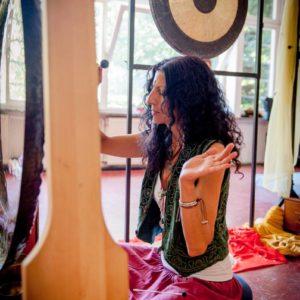 Nalini spielt Gongs während einem Gong Bad