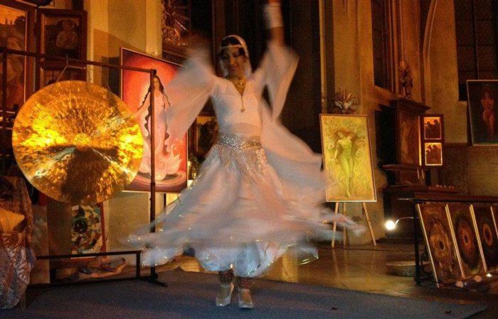 Nalini tanzt den Crystal-Flow