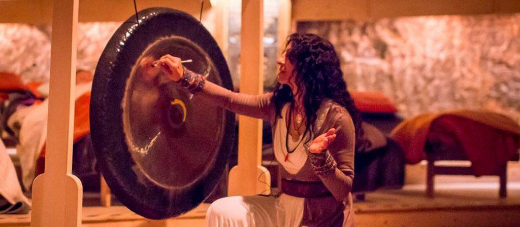 Nalini spielt auf einem Gong